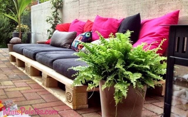 12 espa os loungue exterior feitos com paletes for Sofa exterior jardim