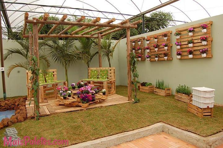 mobiliario jardim area:Repare que são só paletes com almofadas por cima! Pode pintar os