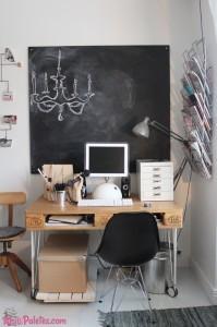 Mesa de escritório com paletes de madeira
