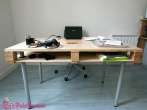 Secretária feita com palete de madeira