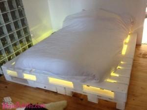 Cama feita com pallet e iluminação led