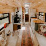 Uma familia de quatro pessoas vive em um Skoolie reformado